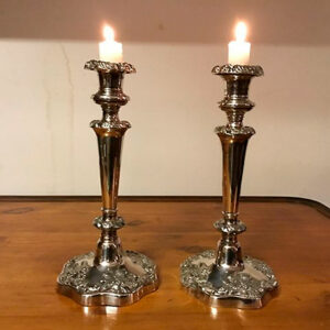 Par engelske lysestager i sølvplet