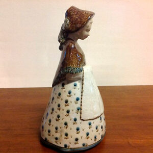 B&G. Keramik figur af pige. Design Gudrun Meedom.