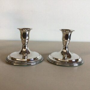 Par lave lysestager i sølv af Svend Toxværd
