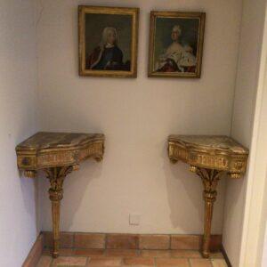 Et par forgyldte Louis XVI hjørnekonsoller med topplade af marmor